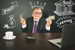 Begriffsbild König von Banken Erfolgreicher Banker, der Geld hält stockfoto