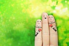 Begriffsfinger-Kunst von glückliche Menschen Mann gibt einen Blumenstrauß von zwei reizend Mädchen Auf lagerbild Stockbilder