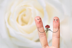 Begriffsfingerkunst eines glücklichen Paars Mann gibt einen Blumenstrauß Auf lagerbild Stockfotos