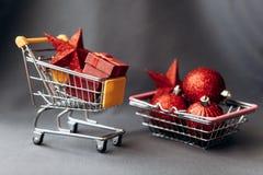 Begriffsfoto des Weihnachtsgeschäfts oder des Geschenkeinkaufens lizenzfreie stockfotos