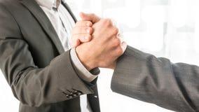 Begriffsgeschäftsmänner, die ihre Hände greifen Lizenzfreies Stockbild