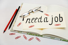 Begriffshand gezeichnete Aufschrift: Benötigen Sie einen Job auf dem Schild Querstation Lizenzfreie Stockfotos