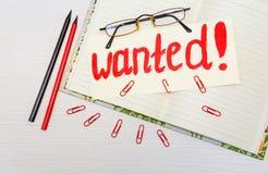 Begriffshand gezeichnete Aufschrift: Gewünscht auf dem Schild Rote Malereianschlagskizze Öffnen Sie Notizbuch mit Bleistiften und Stockfotografie