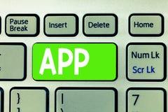 Begriffshandschrift, die APP zeigt Geschäftsfototext Computerprogramm Download-Software durch einen Benutzer zu einem tragbaren G stockfotos