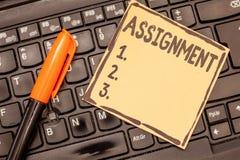 Begriffshandschrift, die Aufgabe zeigt Geschäftsfoto wies Präsentationsbestimmter Job aufgabe jemand als Teil zu stockfoto