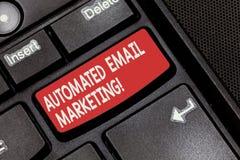 Begriffshandschrift, die automatisiertes E-Mail-Marketing zeigt Geschäftsfoto Präsentationse-mail sendete automatisch, um von auf lizenzfreie stockfotos