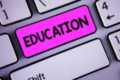 Begriffshandschrift, die Bildung zeigt Geschäftsfoto Präsentationsunterricht von Studenten durch Durchführung spätester Technolog lizenzfreie stockbilder