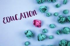 Begriffshandschrift, die Bildung zeigt Geschäftsfoto-Text Unterricht von Studenten durch die Durchführung der spätesten Technolog lizenzfreie stockbilder