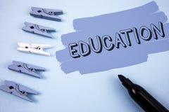 Begriffshandschrift, die Bildung zeigt Geschäftsfoto-Text Unterricht von Studenten durch die Durchführung der spätesten Technolog stockfotos