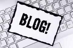 Begriffshandschrift, die Blog Motivanruf zeigt Geschäftsfoto, das Preperation des attraktiven Inhalts für blogging w zur Schau st Lizenzfreie Stockfotos