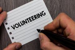 Begriffshandschrift, die das Freiwillig erbieten zeigt Die Geschäftsfotopräsentation erbringen Dienstleistungen für keinen finanz stockbilder