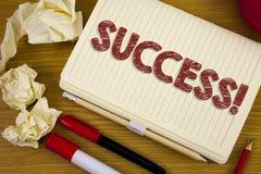 Begriffshandschrift, die Erfolg Motivanruf zeigt Geschäftsfoto Präsentationsleistungs-Durchführung etwas Zweck wr stockfoto