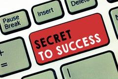 Begriffshandschrift, die Geheimnis zum Erfolg zeigt Unerklärte Erreichung des Geschäftsfoto-Textes des Ruhmreichtums oder des Soz stockfoto