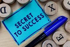 Begriffshandschrift, die Geheimnis zum Erfolg zeigt Unerklärte Erreichung des Geschäftsfoto-Textes des Ruhmreichtums oder -sozial stockbild