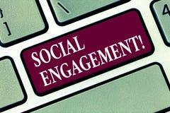 Begriffshandschrift, die gesellschaftliche Verpflichtung zeigt Geschäftsfoto-Textposten erhält hohe Reichweite Gleich-Anzeigen SE stockfotos