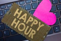 Begriffshandschrift, die glückliche Stunde zeigt Geschäftsfototext, der Zeit für Tätigkeiten verbringt, die Sie Pape für eine Wei lizenzfreies stockbild