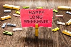 Begriffshandschrift, die glückliches langes Wochenende zeigt Der Geschäftsfototext, der jemand glückliche Urlaubsreise zum Feiert lizenzfreies stockfoto