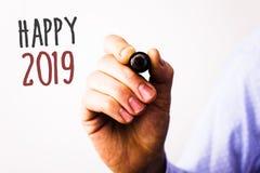 Begriffshandschrift, die glückliches 2019 zeigt Geschäftsfototext neues Jahr-Feier jubelt Motiv-MessageMan Griff Congrats zu Stockfotos