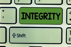 Begriffshandschrift, die Integrität zeigt Geschäftsfoto-Textqualität des Seins ehrlich und des Habens von starken moralischen Gru lizenzfreie stockfotografie