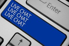 Begriffshandschrift, die Live Chat Live Chat Live-Chat zeigt Geschäftsfototext, der mit Leutefreundverwandten on-line-KE spricht lizenzfreies stockbild