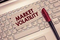 Begriffshandschrift, die Marktvolatilität zeigt Schwankt zur Schau stellende zugrunde liegende Wertpapierepreise des Geschäftsfot stockfotografie