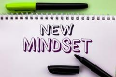 Begriffshandschrift, die neue Denkrichtung zeigt Geschäftsfoto Präsentationshaltungs-denkender behördlicher Erlass des spätesten  Stockbild