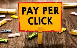 Begriffshandschrift, die Pay per Click zeigt Geschäftsfoto Präsentationsinternet-Werbungs-Modell Search Engine, das Strate vermar stockbild