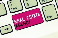 Begriffshandschrift, die Real Estate-Agentur zeigt Geschäftsfoto vereinbaren Präsentationswirtschaftseinheit Verkaufs-Mietmiete lizenzfreie stockfotos