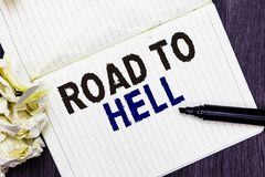 Begriffshandschrift, die Straße zur Hölle zeigt Dunkle riskante unsichere Markierung O Reise des extrem gefährlichen Durchgangs d lizenzfreies stockfoto