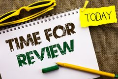 Begriffshandschrift, die Zeit für Bericht zeigt Geschäftsfoto Präsentationsbewertungs-Feedback-Moment-Leistungs-Rate Assess-behör lizenzfreies stockbild