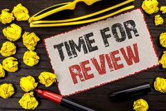 Begriffshandschrift, die Zeit für Bericht zeigt Geschäftsfototext Bewertungs-Feedback-Moment-Leistung Rate Assess an geschrieben stockfoto