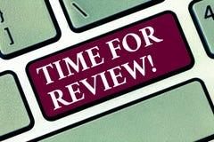Begriffshandschrift, die Zeit für Bericht zeigt Geschäftsfototext Bewertungs-Feedback-Moment Perforanalysisce-Rate lizenzfreie stockbilder