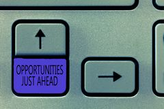 Begriffshandschrift gerade, die voran Gelegenheiten zeigt Das Geschäftsfoto, das günstige Umstände Ausdauer zur Schau stellt, zah stockbild