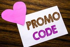 Begriffshandschrifttext, der Promo-Code zeigt Konzept für Förderung für das on-line-Geschäft geschrieben auf klebriges Briefpapie Lizenzfreie Stockfotos