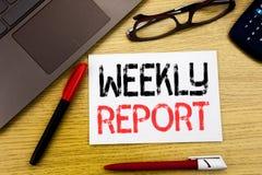 Begriffshandschrifttext, der Wochenbericht zeigt Geschäftskonzept für das Analysieren der Leistung geschrieben auf Papier, hölzer stockfotos
