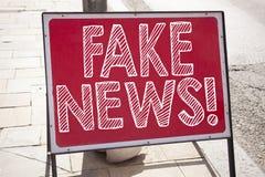 Begriffshandschrifttext-Titelinspiration, die gefälschte Nachrichten zeigt Geschäftskonzept für die Propaganda-Zeitungs-Fälschung stockfoto