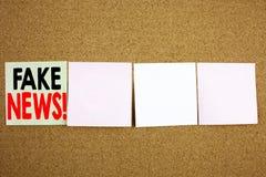 Begriffshandschrifttext-Titelinspiration, die gefälschtes Nachrichten-Geschäftskonzept für Propaganda-Zeitungs-Fälschungs-Nachric lizenzfreie stockfotos