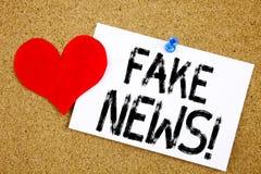 Begriffshandschrifttext-Titelinspiration, die gefälschtes Nachrichtenkonzept für Propaganda-Zeitungs-Fälschungs-Nachrichten und d stockbilder