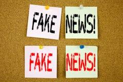 Begriffshandschrifttext-Titelinspiration, die gefälschtes Nachrichtenkonzept für Propaganda-Zeitungs-Fälschungs-Nachrichten und d lizenzfreies stockbild