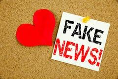 Begriffshandschrifttext-Titelinspiration, die gefälschtes Nachrichtenkonzept für Propaganda-Zeitungs-Fälschungs-Nachrichten und d stockfotografie