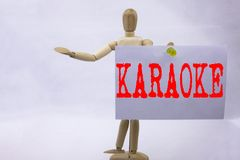 Begriffshandschrifttext-Titelinspiration, die Karaoke-Geschäftskonzept für die Gesang-Karaoke-Musik geschrieben auf klebrige Anme Stockfotografie