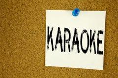 Begriffshandschrifttext-Titelinspiration, die Karaoke zeigt Geschäftskonzept für die Gesang-Karaoke-Musik geschrieben auf klebrig Stockbild