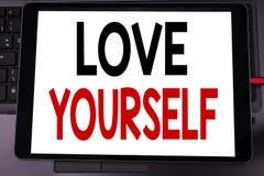 Begriffshandschrifttext-Titelinspiration, die Liebe sich zeigt Geschäftskonzept für positiven Slogan für Sie geschrieben auf ta Lizenzfreie Stockfotografie