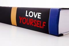 Begriffshandschrifttext-Titelinspiration, die Liebe sich zeigt Geschäftskonzept für positiven Slogan für Sie geschrieben auf Th Lizenzfreies Stockbild