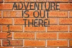 Begriffshandschriftvertretung Abenteuer ist dort draussen Das Geschäftsfoto, das Explore zur Schau stellt, entdecken, dass Reise  lizenzfreies stockbild