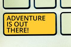 Begriffshandschriftvertretung Abenteuer ist dort draussen Geschäftsfototext Explore entdecken, dass Reise neues interessantes ken lizenzfreie stockbilder