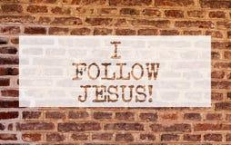 Begriffshandschriftvertretung folge ich Jesus Geschäftsfoto, welches das religiöse Demonstrieren mit Los Glaube Liebe zur Schau s stockbild