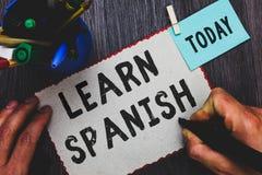 Begriffshandschriftvertretung lernen Spanisch Geschäftsfototext Übersetzungs-Sprache in Spanien-Vokabular-Dialekt-Sprache-Mann ho lizenzfreie stockbilder