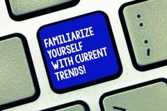 Begriffshandschriftvertretung machen sich mit aktuellen Trends vertraut Die Geschäftsfotopräsentation ist aktuelles spätestes lizenzfreies stockfoto