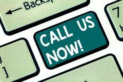 Begriffshandschriftvertretung rufen uns jetzt an Geschäftsfototext stehen per Telefon in Verbindung, um mit Beratungsstelleunters lizenzfreie stockfotografie